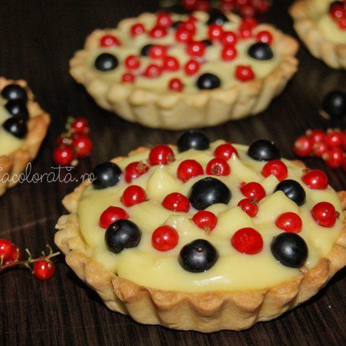 mini tarte cu fructe și crema de vanilie