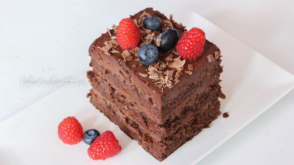 prăjitură cu ciocolată și dulceață de zmeură