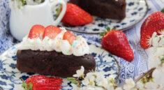 prăjitură cu frișcă și căpșuni